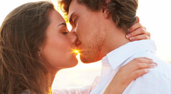 Как поцеловать девушку в губы без языка?