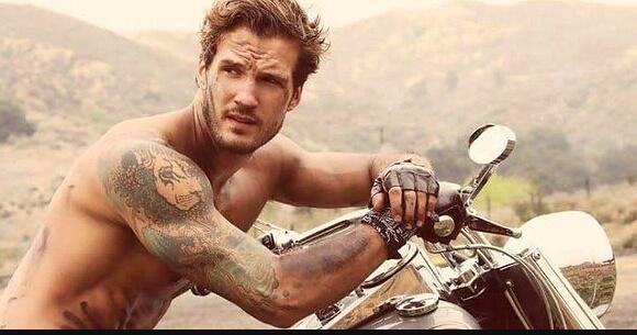 парень с тату на мотоцикле