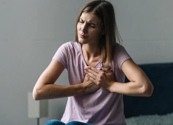 Почему у девушки болит грудь